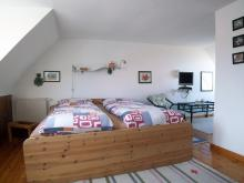 Schlafbereich der Ferienwohnung 1 mit Atelier-Schleiblick